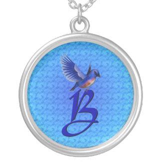 Collier élégant décoré d'un monogramme d'oiseau