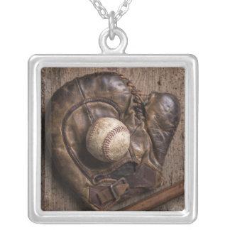 Collier Équipement de base-ball vintage