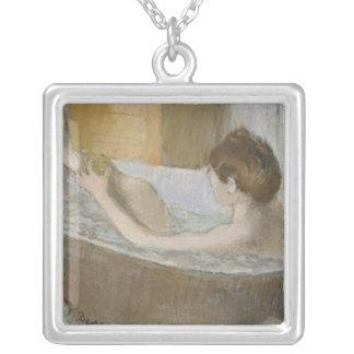 Collier Femme d'Edgar Degas | à son Bath, épongeant sa