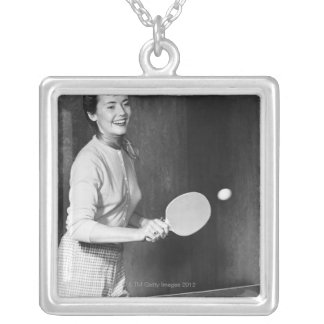 Collier Femme jouant au ping-pong