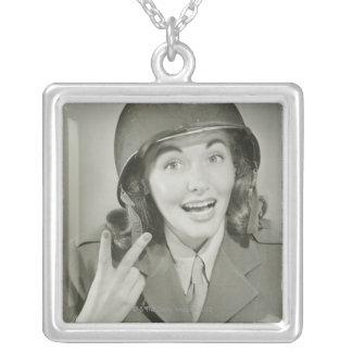 Collier Femme portant un casque d'armée