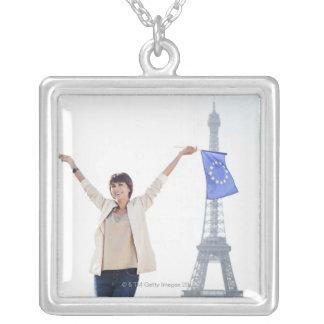 Collier Femme tenant un drapeau d'Union européenne et un