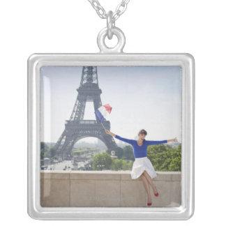 Collier Femme tenant un drapeau français se reposant sur