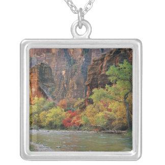 Collier Feuillage d'automne le long de rivière de Vierge