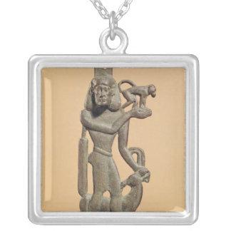 Collier Figure d'un homme tenant un singe