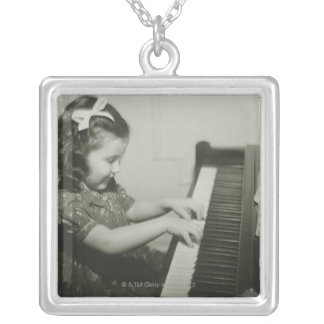 Collier Fille jouant le piano