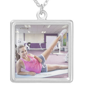 Collier Fille s'exerçant dans le gymnase