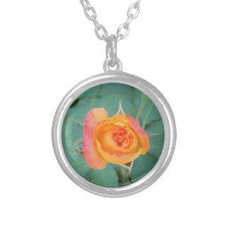Collier fleur orange de rose jaune