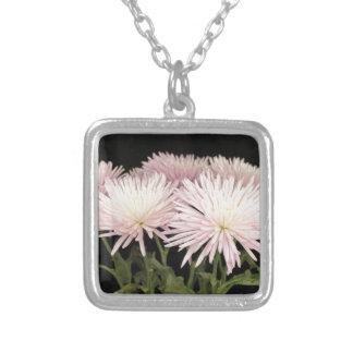 Collier Fleurs blanches violettes de chrysanthème sur le