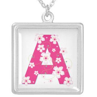 Collier floral assez rose de l'initiale A de monog