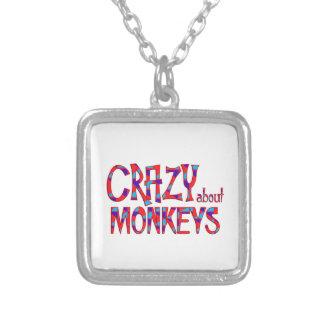 Collier Fou au sujet des singes