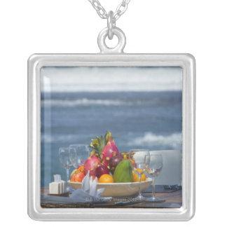 Collier Fruits tropicaux par l'océan sur le tableau 2