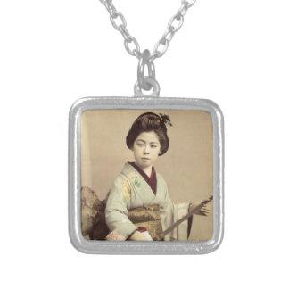 Collier Geisha japonais vintage jouant le shamisen