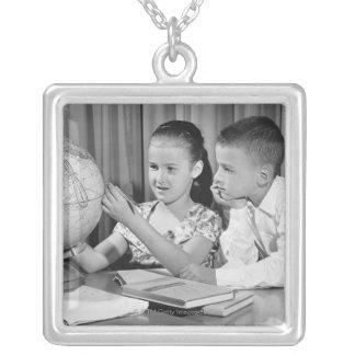 Collier Globe de visionnement de garçon et de fille