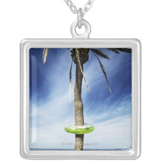 Collier Grand palmier sur une plage sablonneuse avec