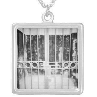 Collier Hanoï détail de cellules de prison de Vietnam,