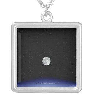 Collier Hausse de lune au-dessus de la terre