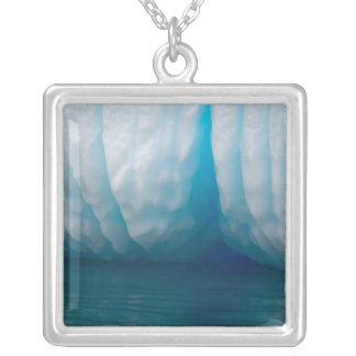 Collier Icebergs de visionnement dans le bleu dans la