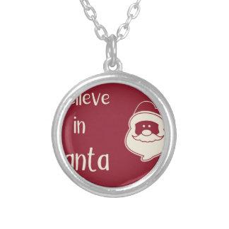 Collier Je crois aux mots de Père Noël. Fond rouge