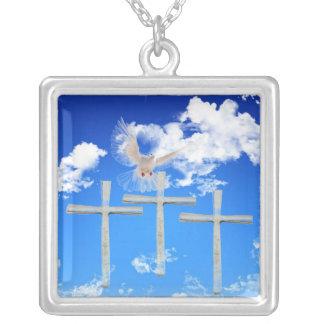 Collier Jésus est levé - la colombe blanche et trois croix