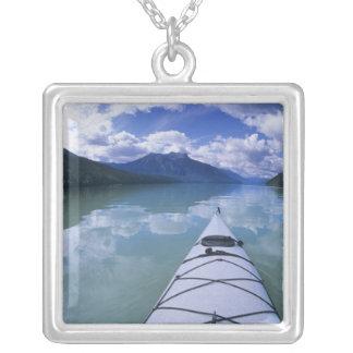 Collier Kayaking à l'extrémité d'extrémité du lac azuré