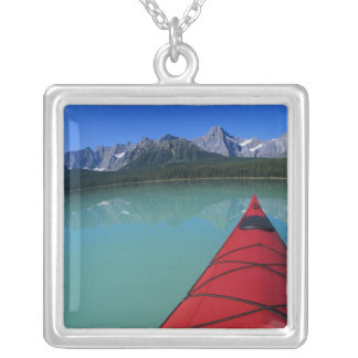 Collier Kayaking sur le lac waterfowl au-dessous de la