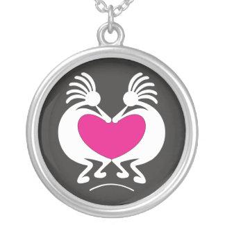 Collier Kokopelli avec la Saint-Valentin rose de coeur