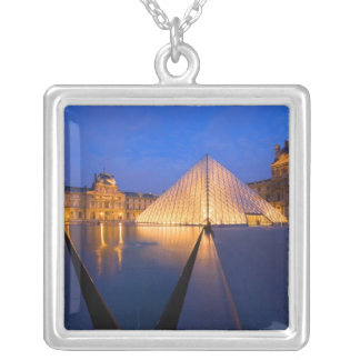 Collier La France, Paris. Le musée de Louvre au crépuscule
