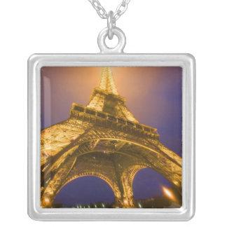Collier La France, Paris. Recherche de la base d'Eiffel