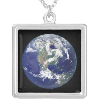Collier La terre entièrement allumée portée sur l'Amérique