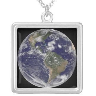 Collier La vue de la pleine terre et quatre donnent