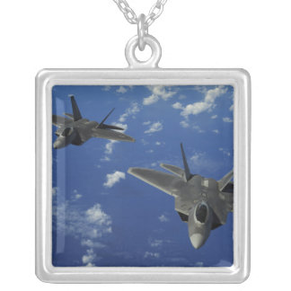 Collier L'Armée de l'Air d'USA F-22 Raptors en vol près de