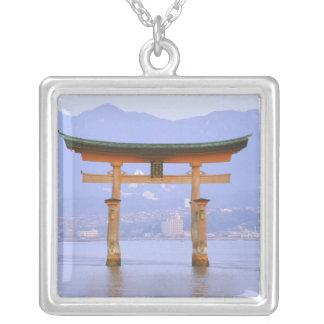 Collier L'Asie, Japon, Hiroshima. Mivaiima. Porte de Torii