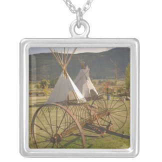 Collier Le CANADA, Colombie-Britannique, Enderby. Tepees