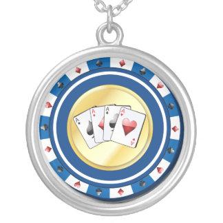 Collier Le jeton de poker bleu avec le quadruple Aces le