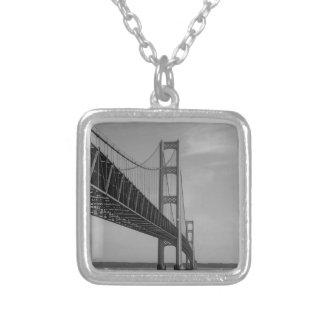 Collier Le long de la gamme de gris de pont de Mackinac