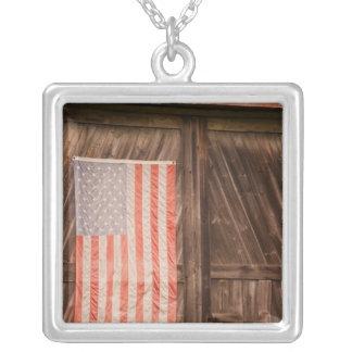 Collier Le Maine, drapeau américain fané sur la porte de