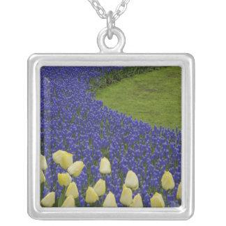 Collier Le motif de jardin de la jacinthe de raisin