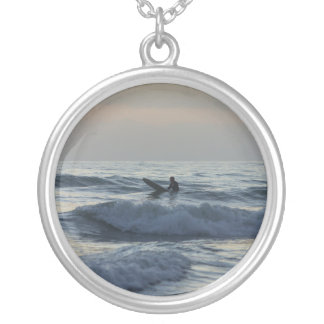 Collier Le surfer attend