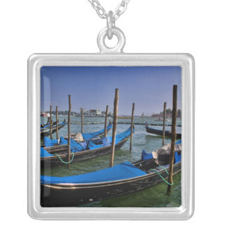 Collier L'eau de canal grand avec des bateaux de gondalo