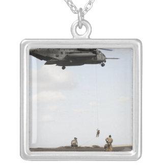 Collier Les pararescuemen de l'Armée de l'Air conduisent