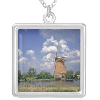 Collier L'Europe, Pays-Bas, Kinerdijk. Un moulin à vent se