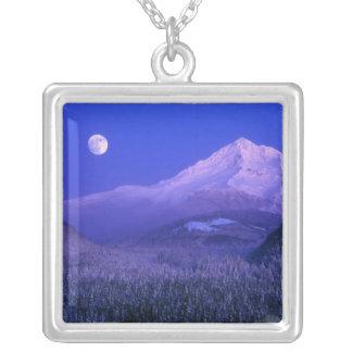 Collier Lever de la lune au-dessus de l'hiver de capot de