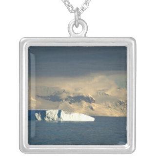 Collier L'iceberg de glace dans les débuts de Drake