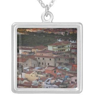 Collier L'Italie, Sardaigne, Bosa. Vue de ville de