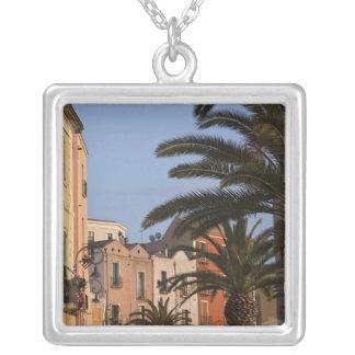 Collier L'Italie, Sardaigne, Cagliari. Bâtiments et paumes