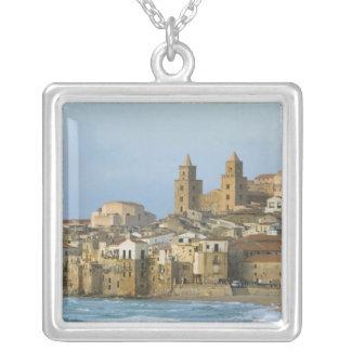 Collier L'Italie, Sicile, Cefalu, vue avec le Duomo de 2