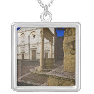 Collier L'Italie, Toscane, Pienza. Façade de cathédrale et