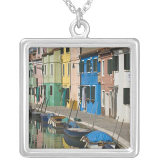 Collier L'Italie, Venise, Burano. Maisons multicolores le
