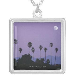 Collier Lune au-dessus des palmiers au crépuscule,